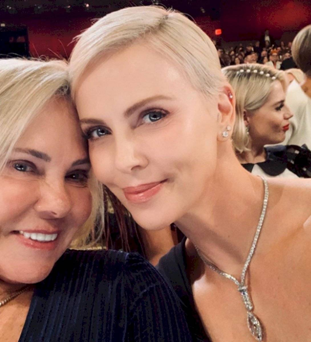 Charlize Theron busca romper el récord de Ellen DeGeneres con la selfie que tomó en los Oscar 2020