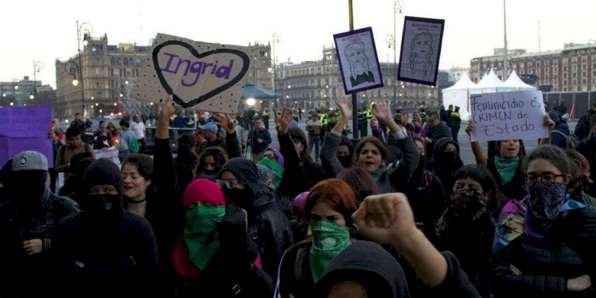 Mujeres avanzan por avenida Juárez para manifestarse frente a periódico