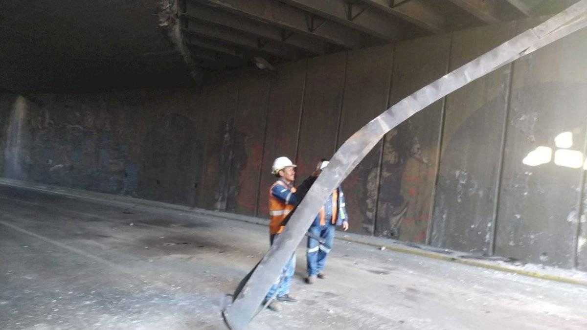 Un tráiler chocó en el puente a desnivel en el sector de San Blas y estará inhabilitado por tres días