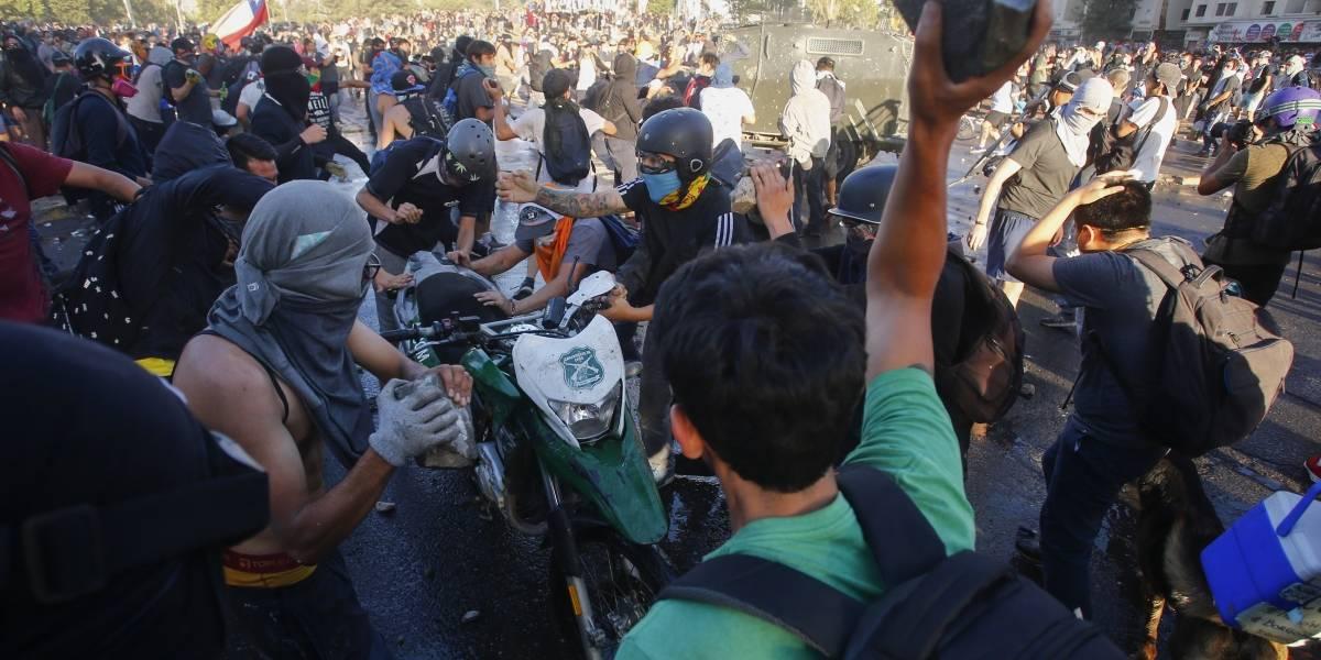 """Expulsan del país a extranjero que """"lanzó escombros"""" en Plaza Italia"""