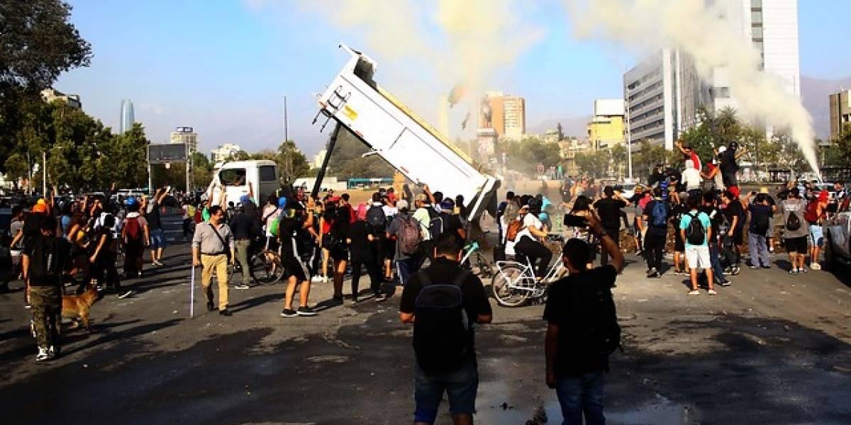 """Gobierno confirma expulsión de ciudadano extranjero que """"lanzó escombros"""" en Plaza Baquedano"""