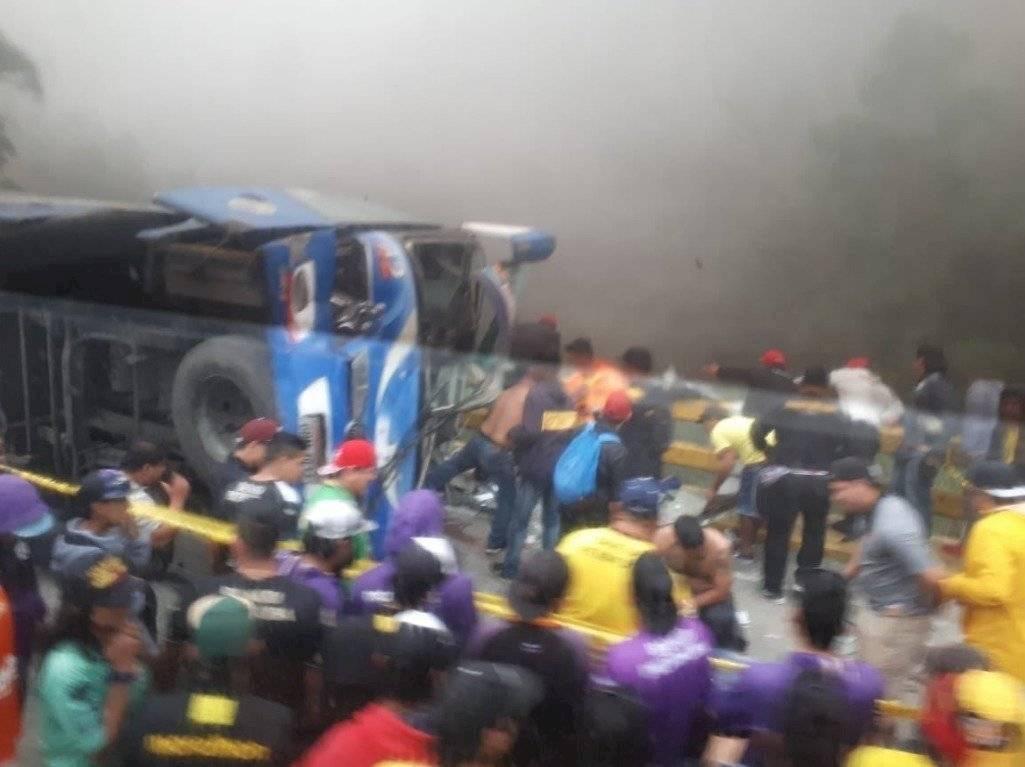 12 fallecidos y 30 heridos tras accidente de bus que trasladaba a hinchas de Barcelona SC