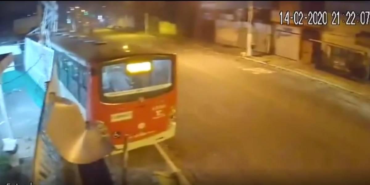 Motorista passa mal e morre após bater ônibus em São Paulo