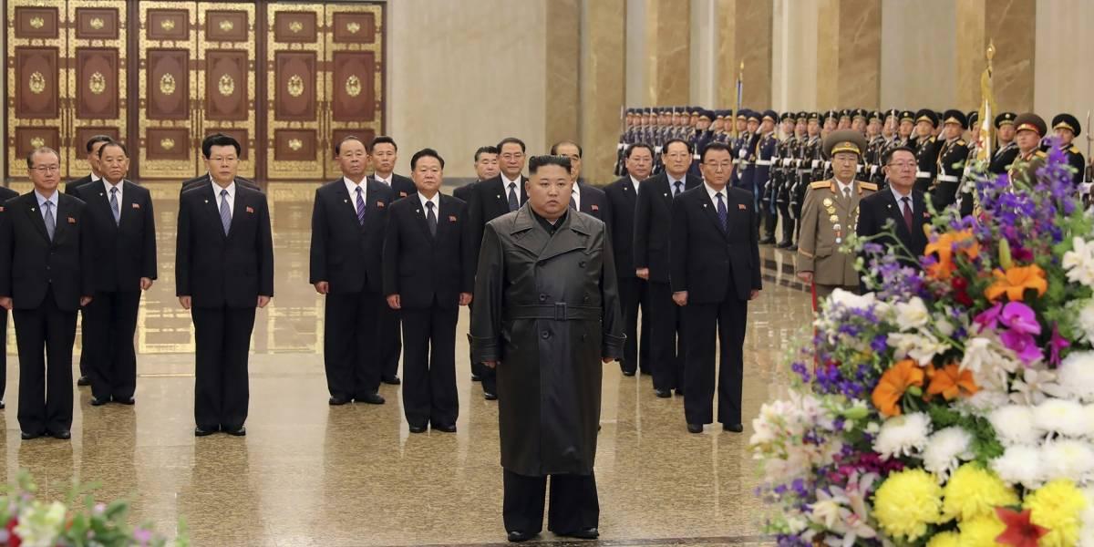 Reaparece Kim Jong-un visitando la tumba de su padre