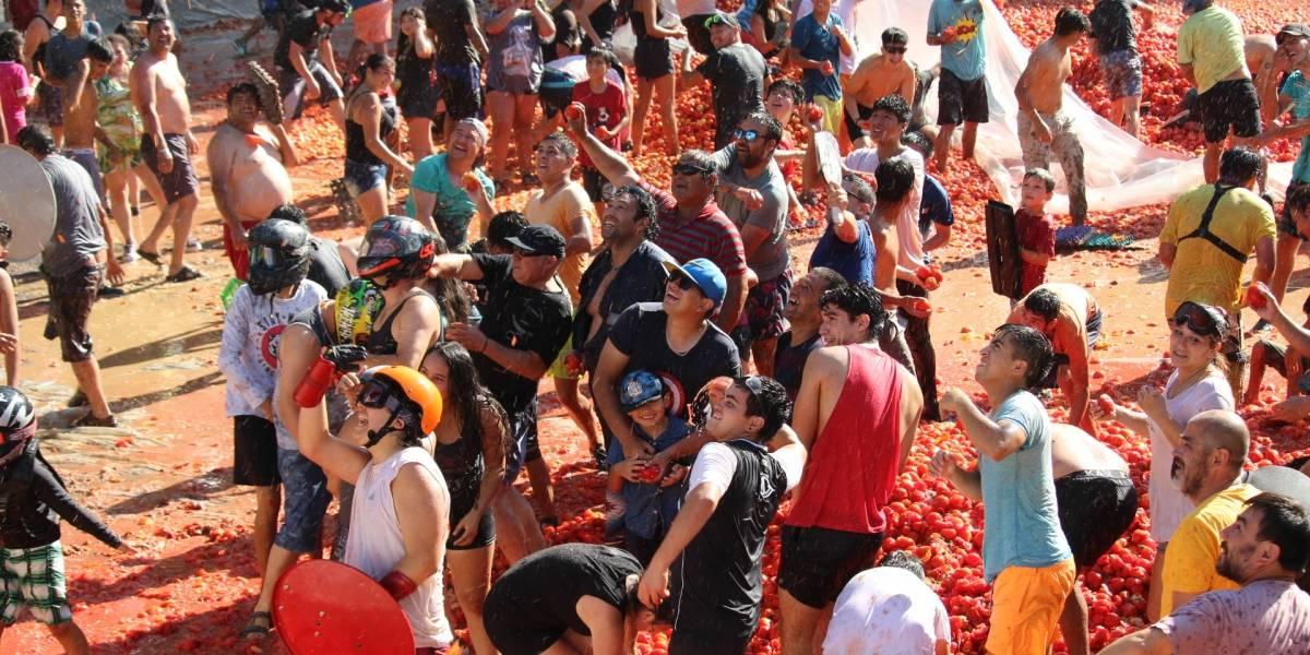 """La mejor batalla del mundo: Más de 4 mil personas se batieron a duelo en la """"Guerra del Tomate"""" de Quillón"""