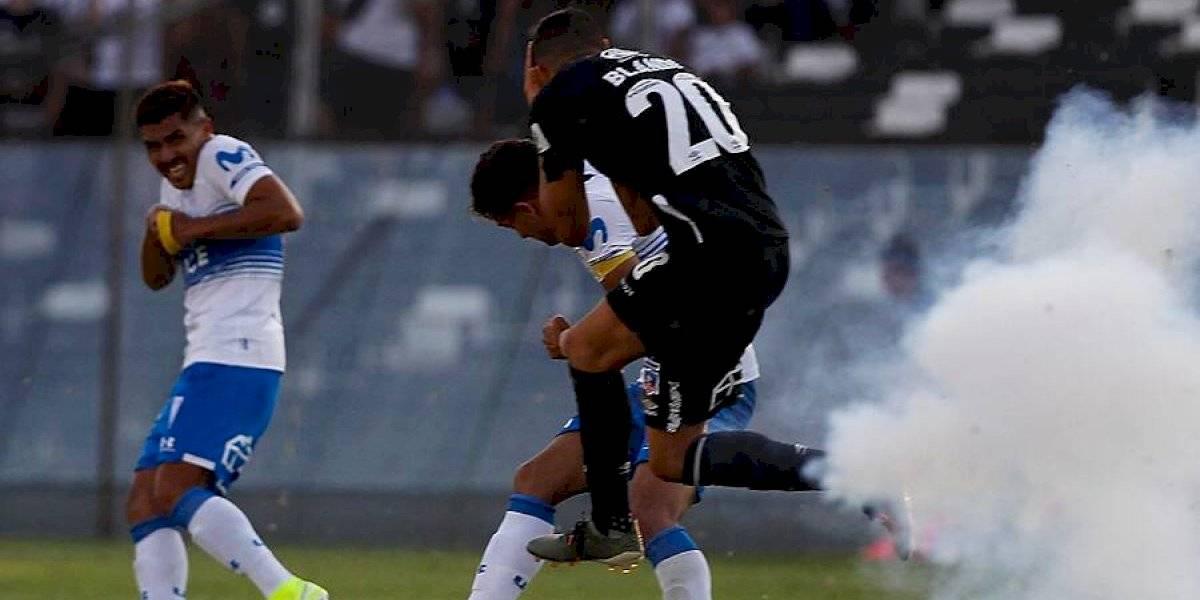 La UC vencía por 2-0 a Colo Colo cuando un petardo hirió a Nicolás Blandi y obligó a suspender el partido