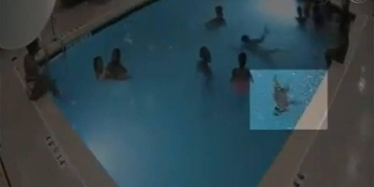VÍDEO: Criança de dois anos é resgatada após se afogar por quatro minutos em piscina