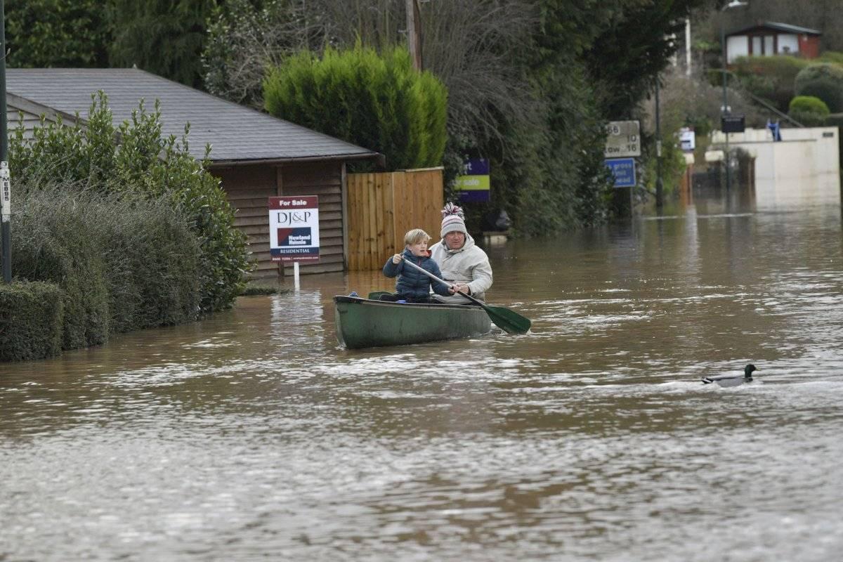 La tormenta también dejó un rastro de inundaciones y apagones en todo el norte de Europa