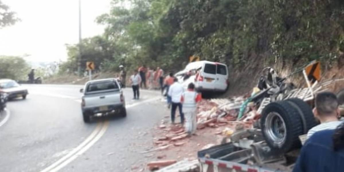 Camión lleno de ladrillos se volcó y quitó la vida a dos personas