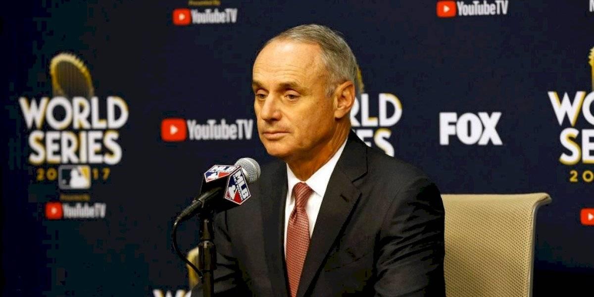 Comisionado de las Grandes Ligas se disculpa por minimizar trofeo de la Serie Mundial