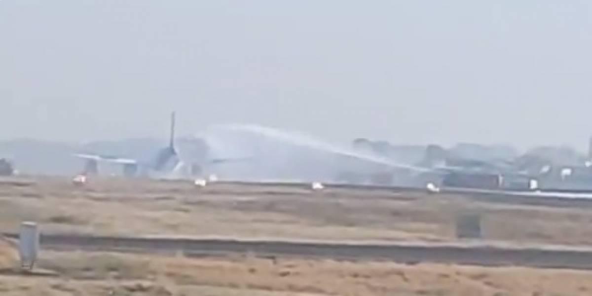 Pájaro golpea motor de avión y provoca un incendio momentos antes del despegue