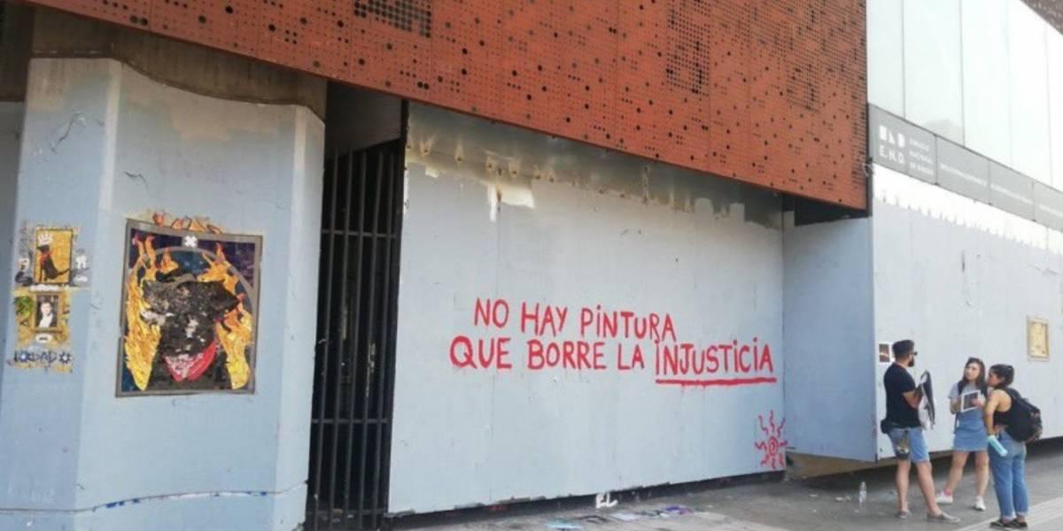 Poco duró ocultamiento de grafitis en el GAM y el Centro Arte Alameda: fachadas fueron intervenidas horas más tarde