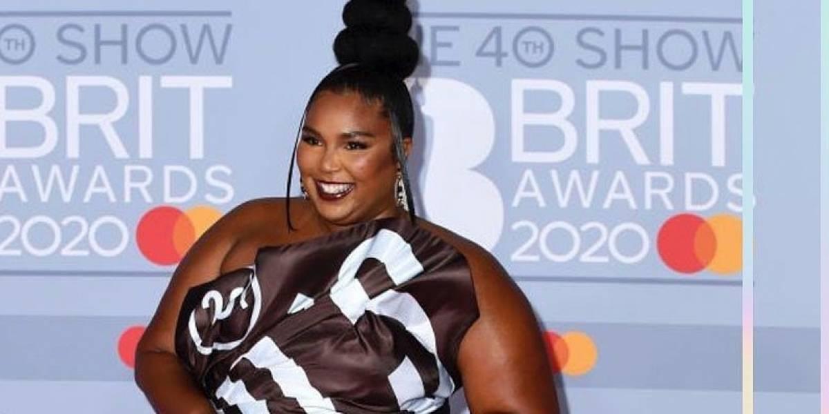 """Lizzo impacta en los Brit Awards 2020 con su inesperado y """"rico"""" look de envoltorio de chocolate"""