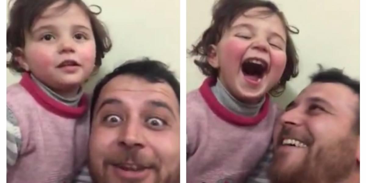 No, no es un remake de 'La Vida es Bella': padre sirio hace reír a su hija con el sonido de los bombardeos