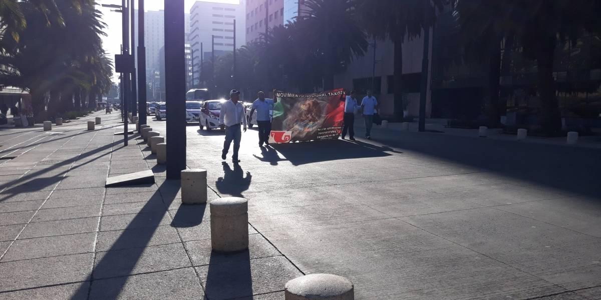 Taxistas se manifiestan en el Ángel de la Independencia