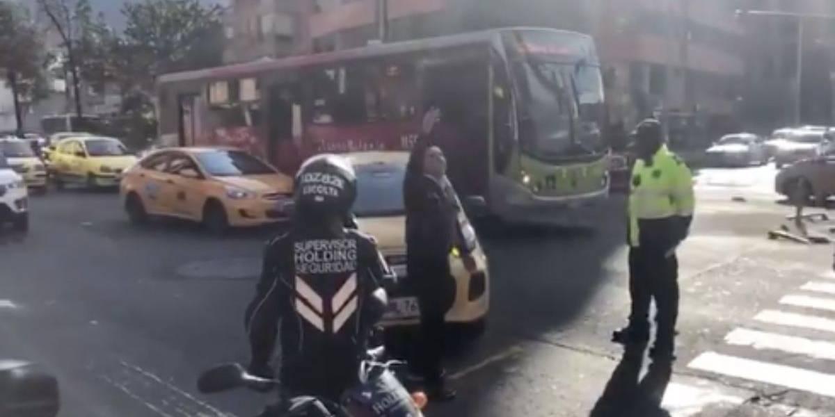(VIDEO) Taxista por poco llora en la mitad de la calle al enterarse del regreso de Uber