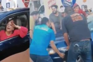 Sólo en México, señora se niega a mover su auto y la gente se une para quitarla
