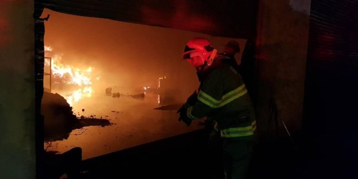 Quito: impactantes imágenes del  incendio estructural en fábrica textil de Carcelén Industrial