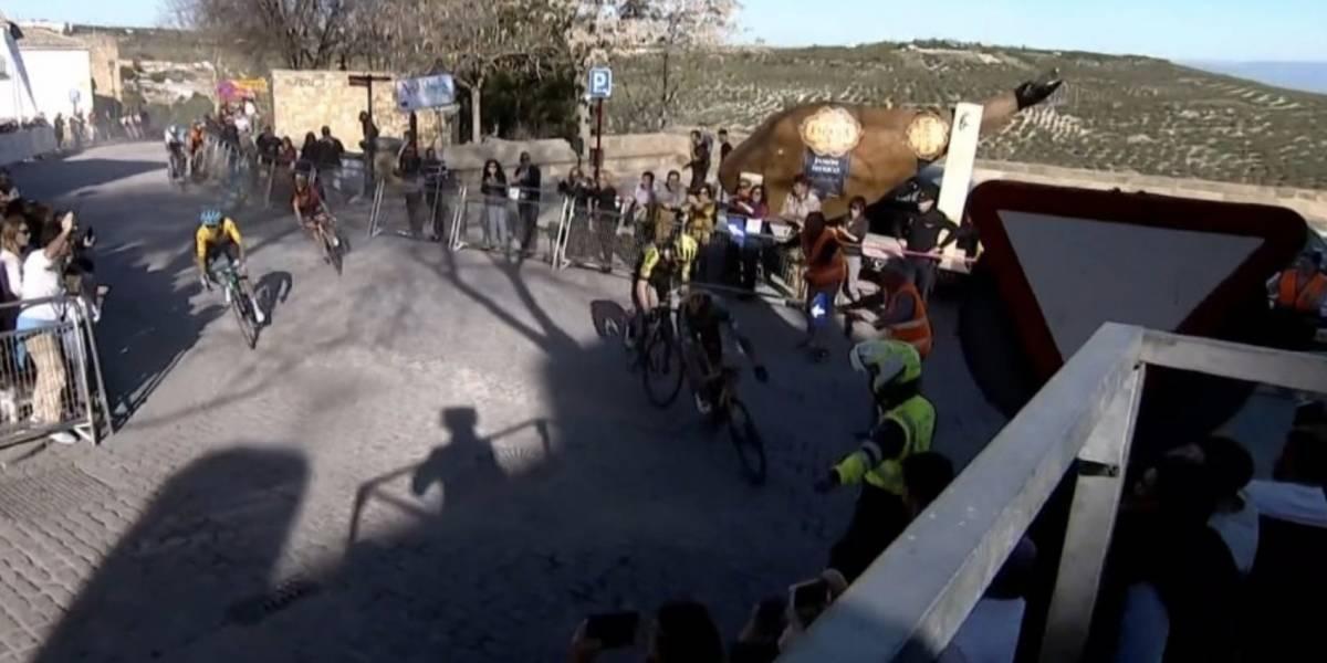 (Video) ¡Camino equivocado! Por desviarse de la ruta, dos ciclistas pierden etapa en Vuelta a Andalucía