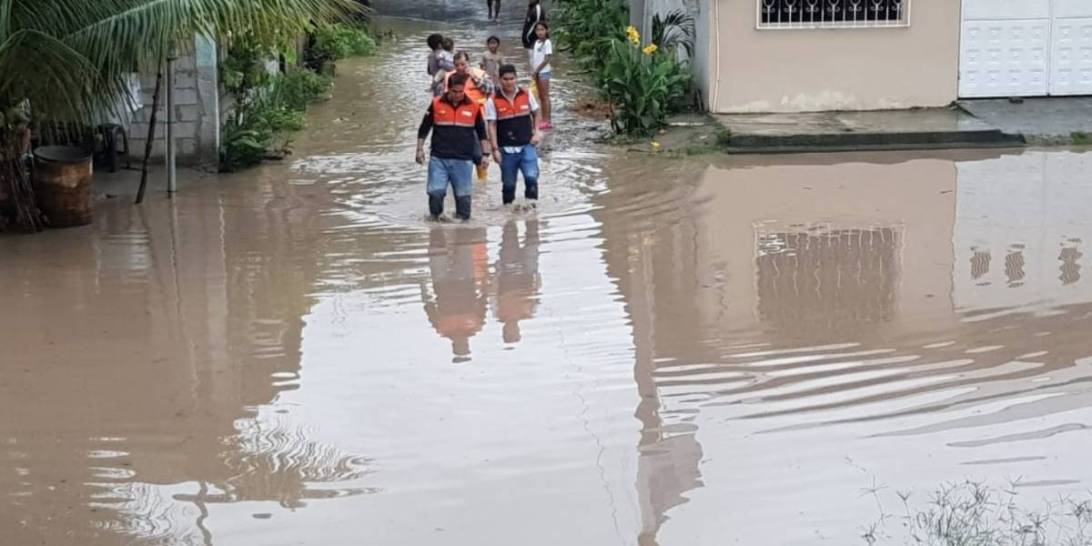 Aguacero en Manabí inundó las calles en tres zonas de la provincia (video)