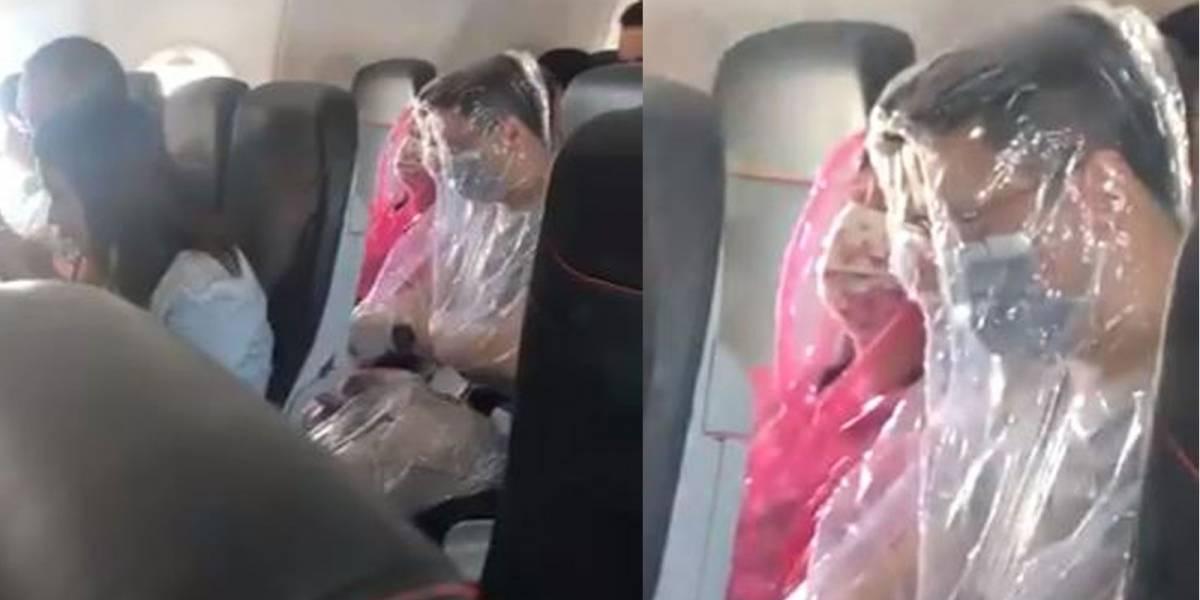 Pareja se 'envuelve' en plástico  para prevenir el coronavirus durante un vuelo