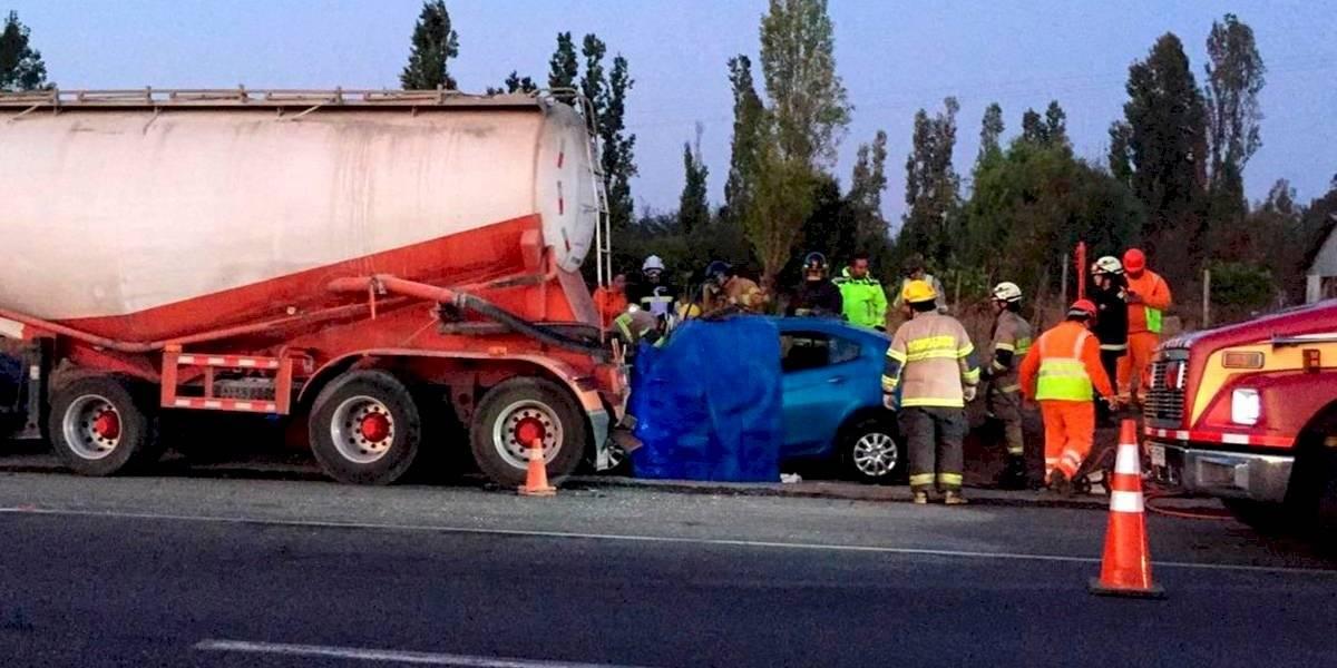 Cuatro fallecidos deja choque en Ruta 5 Sur en Parral: auto impactó por la parte posterior a camión que se encontraba detenido en la berma