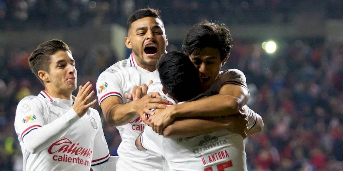 Chivas se reencuentra con el triunfo y le dan respiro a Luis Fernando Tena