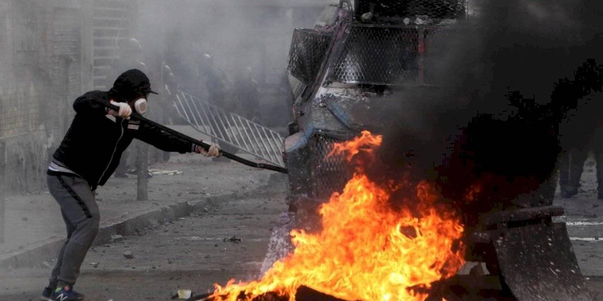 Dos menores heridos y un auto quemado en nueva jornada de manifestaciones en Plaza Italia