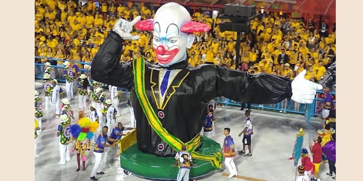 Escola do Rio desfila com palhaço Bozo de faixa presidencial