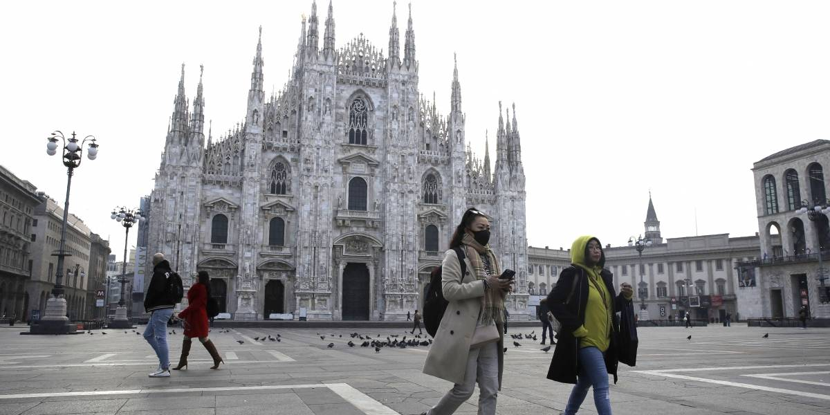 Avioneta se estrella con edificio en Italia