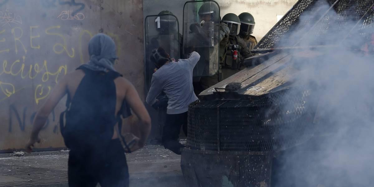 Destrozos en municipalidad y auto arrojado desde segundo piso de automotora: siguen los incidentes fuera de la Quinta Vergara