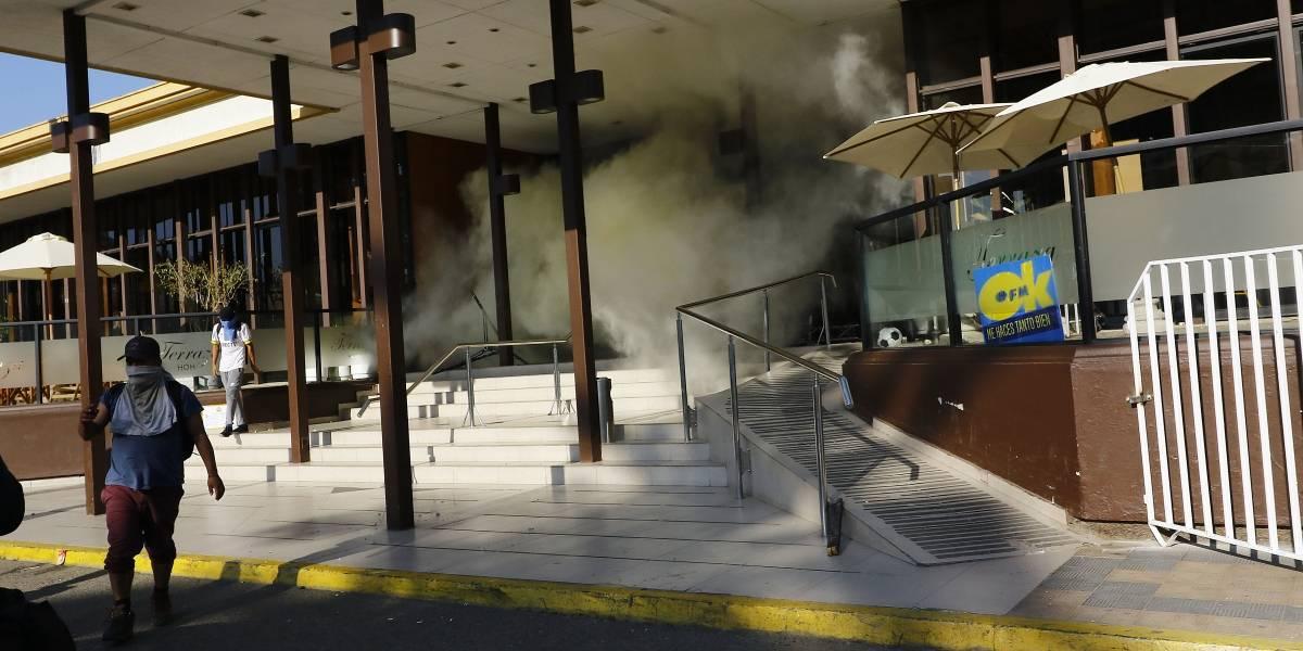 Incidentes previos a Festival de Viña del Mar: evacúan Hotel O'Higgins por apedreos y queman autos en su frontis
