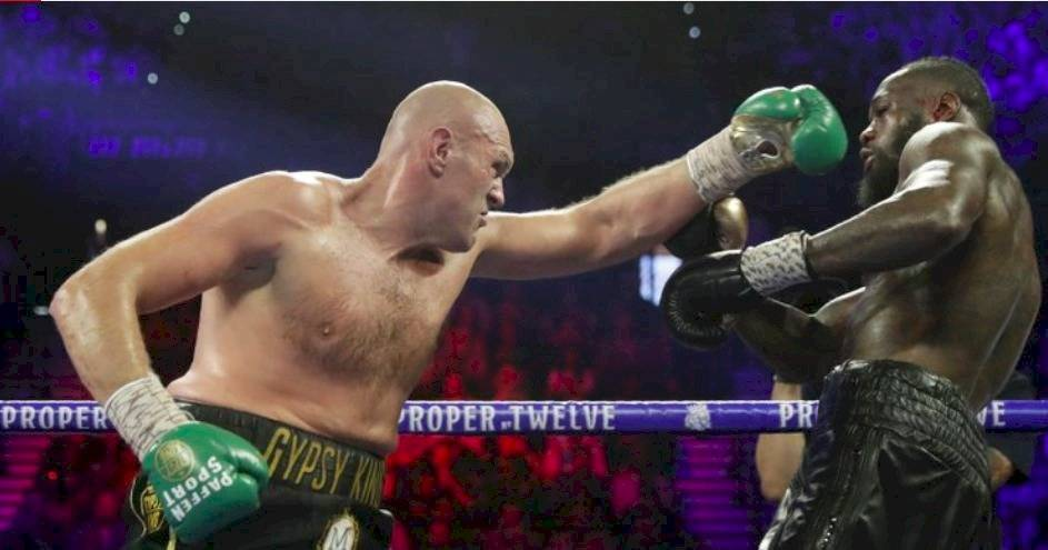 Tyson Fury persiguiendo a Wilder (AP)