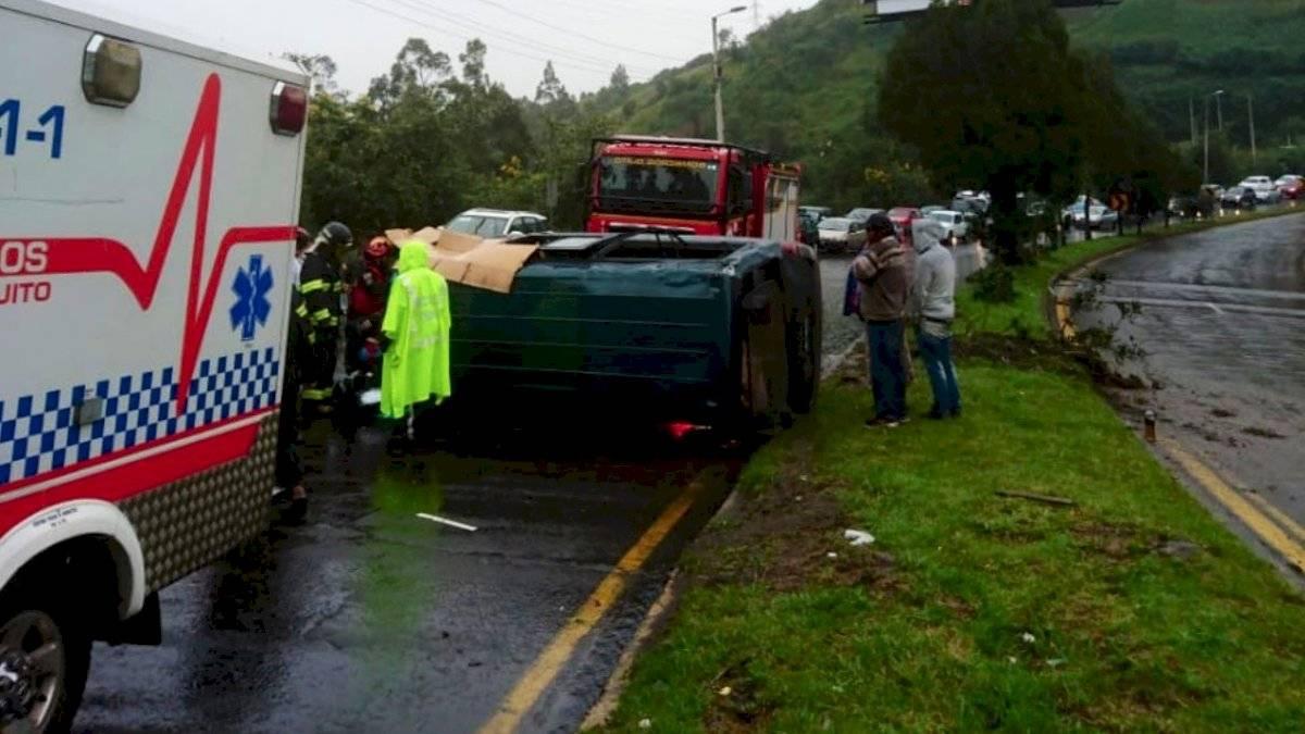 Un siniestro en la avenida Simón Bolívar. Tres personas resultaron heridas debido al volcamiento