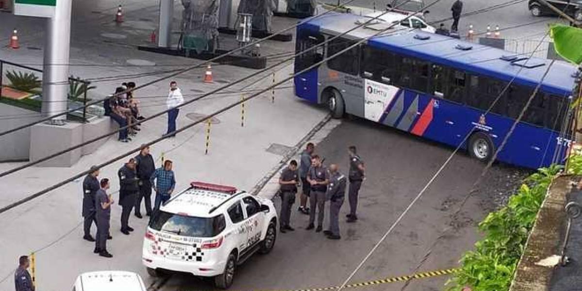 Homem sequestra ônibus com passageiros e é perseguido pela polícia na Grande São Paulo