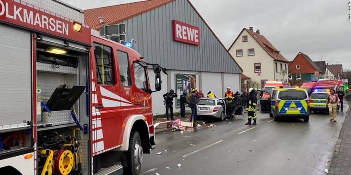 Carro avança contra desfile de carnaval e deixa 30 feridos na Alemanha