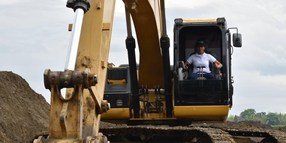 Carmen Rosa, la primera excombatiente certificada para operar maquinaria amarilla