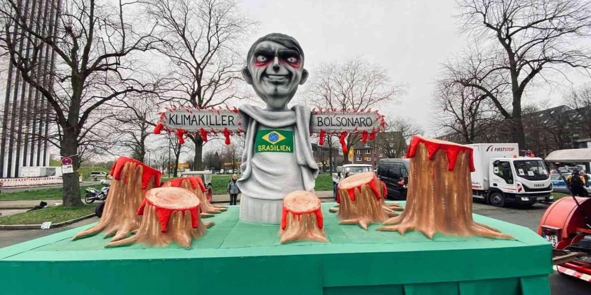 Bolsonaro é tema de carros alegóricos no Carnaval alemão