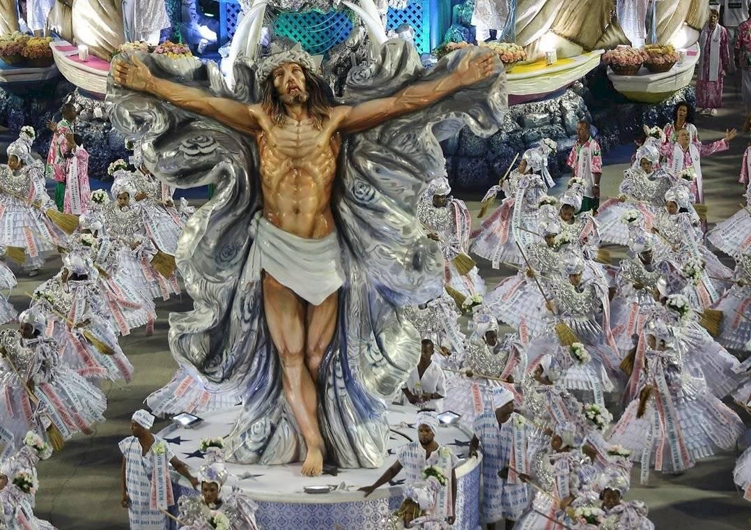 Desfile da Mangueira de 2017, com o tripé Cristo-Oxalá: vetado nas Campeãs