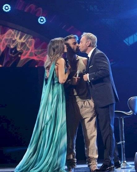 Beso de Ricky Martín al presentador chileno Cárcamo, en Viña del Mar 2020