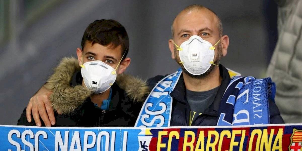 Afición acudió al Nápoles vs Barcelona con cubrebocas por temor a coronavirus