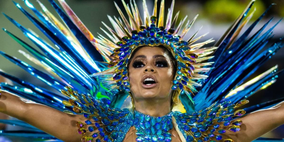 Lexa cai na avenida, mas brilha em estreia como rainha de bateria