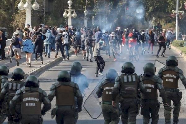 Manifestantes se enfrentan con la Policía durante protestas contra la realización del festival de Viña del Mar