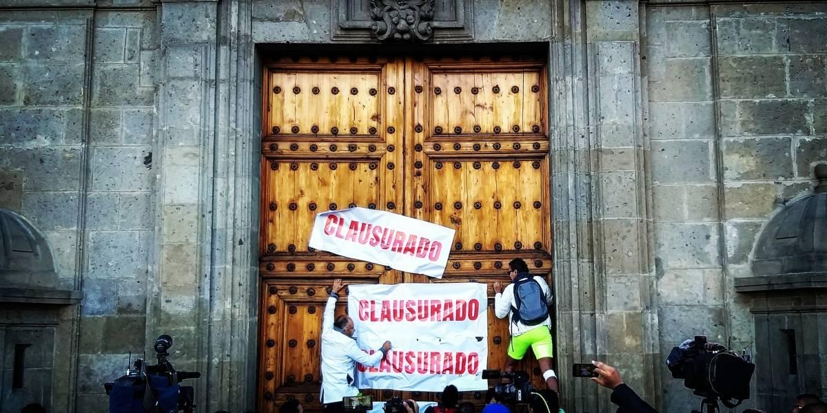 'Clausuran' el Palacio Nacional como protesta a desabasto de medicamentos
