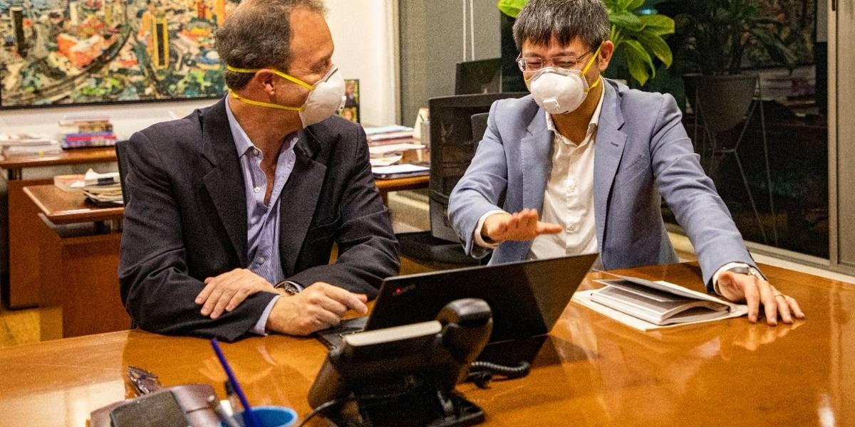 Foto de empresarios chinos en Bogotá, con tapabocas, genera burlas