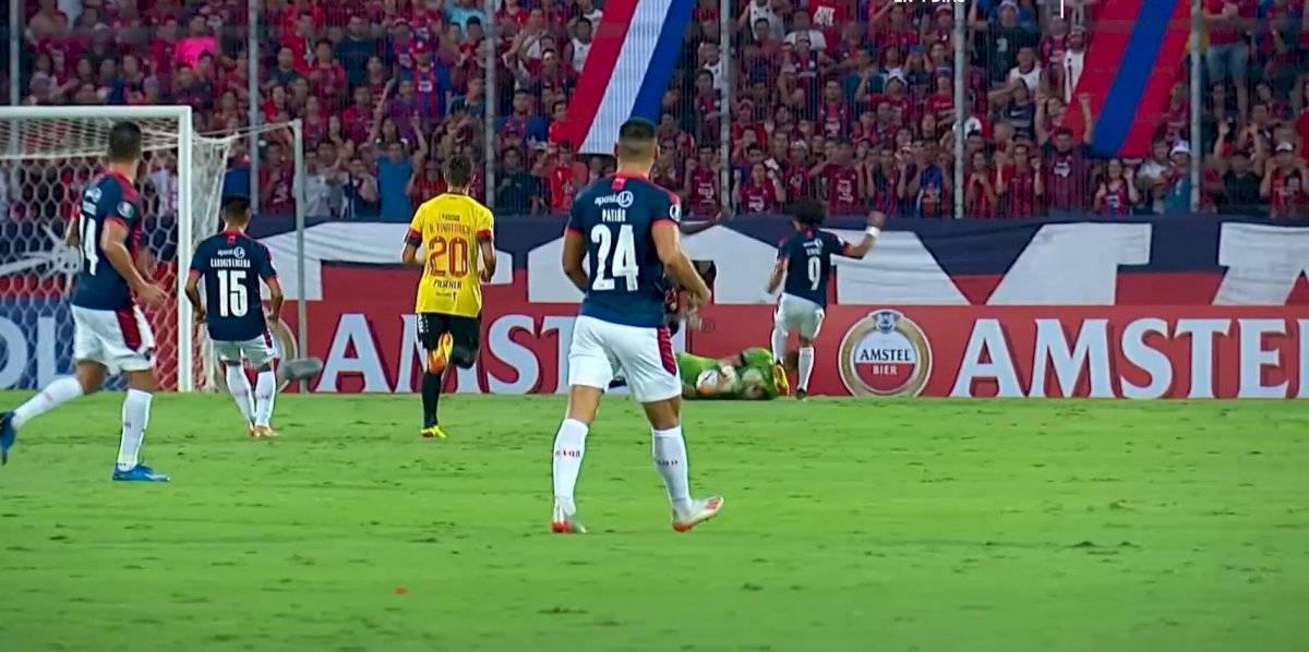 Javier Burrai salió en ambulancia tras golpe en partido Cerro Porteño vs Barcelona SC Twitter