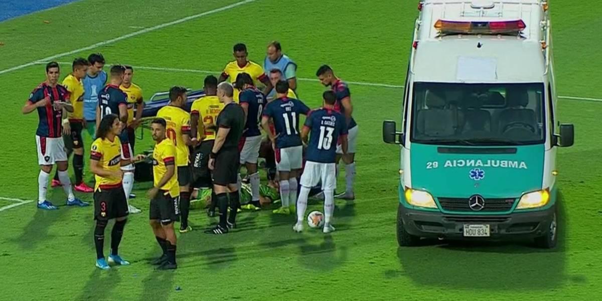 Javier Burrai salió en ambulancia tras golpe en partido Cerro Porteño vs Barcelona SC
