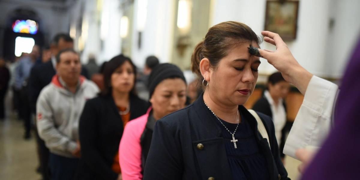 Fieles católicos inician la Cuaresma con la imposición de la cruz de ceniza