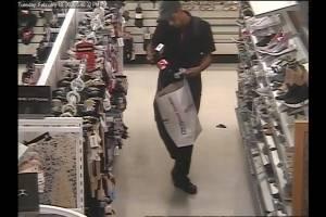 Buscan a este hombre por robo en Plaza Rio Hondo en Bayamón