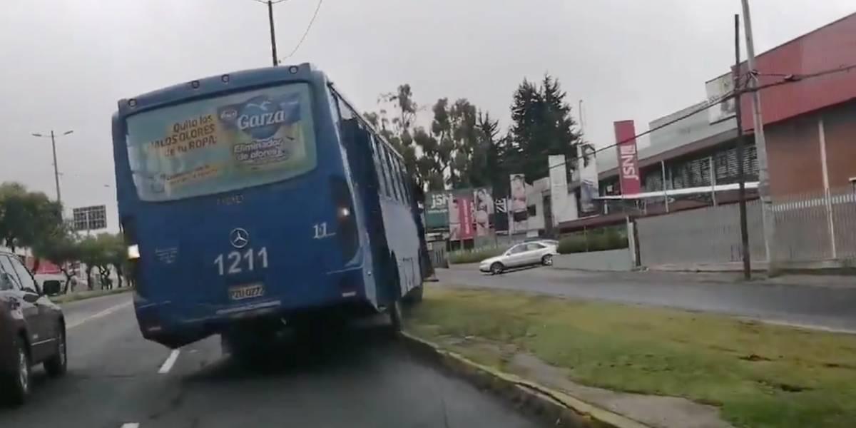 Quito: Bus se cruza el parterre en la avenida Galo Plaza Lasso